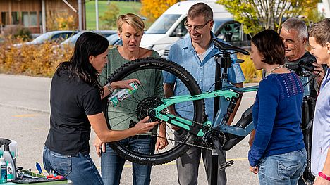 Proper e-bike care has to be learned on the FLYER care course.